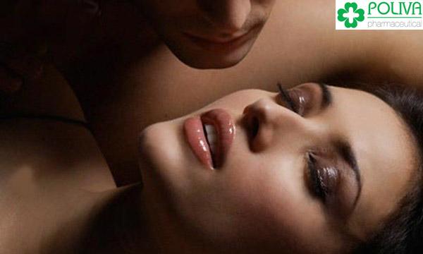 Dấu hiệu phụ nữ lên đỉnh đó là hơi thở trở nên gấp gáp, cơ thể muốn xoắn lại với người đồng hành.