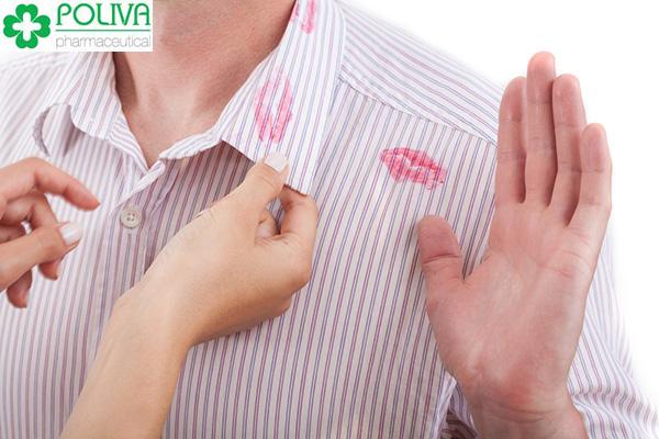 Vết son môi trên áo và cơ thể