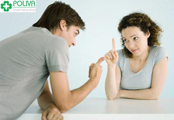 Nên ngồi xuống và nhẹ nhàng nói với chồng về những điều bạn biết