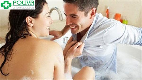 Thử ngẫu hứng yêu trong phòng tắm chàng sẽ bất ngờ và không thể từ chối bạn