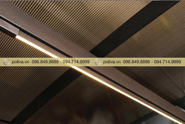 Đèn pin từ nguồn năng lượng mặt trời, được đặt ở mái che