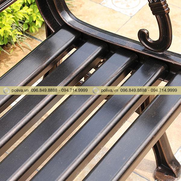 Bề mặt ghế ngồi thiết kế với những nan ghế xếp khít
