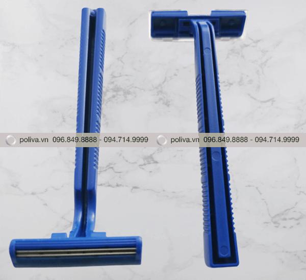Cán dao cạo dài, có các rãnh nhỏ không trơn trượt khi sử dụng