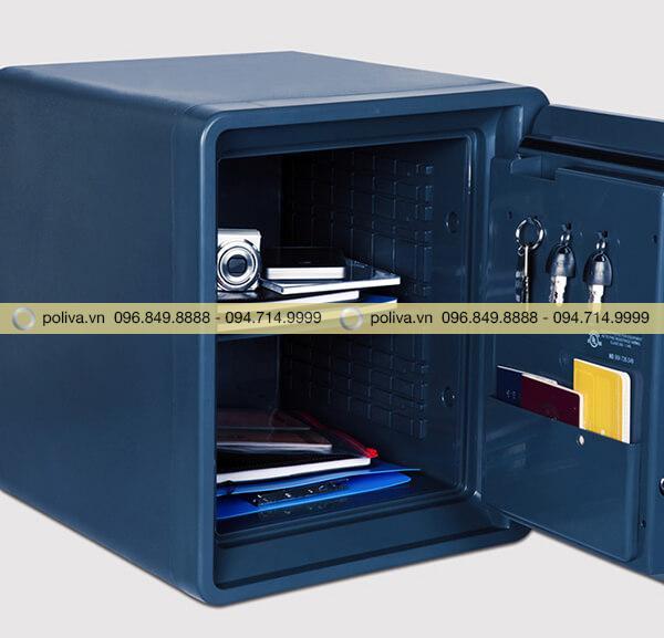 Ngăn chứa rộng rãi, có móc treo chìa khóa ở bên trong cửa két