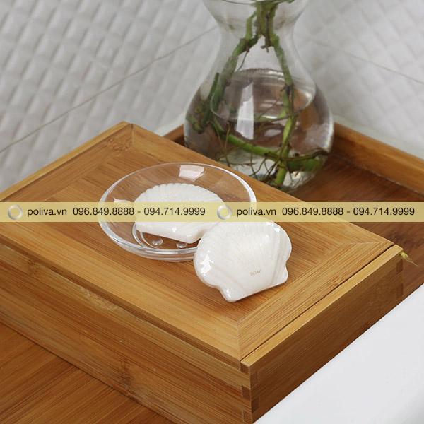 Xà bông vỏ sò được bày trong khay bố trí trong phòng tắm tạo điểm nhấn