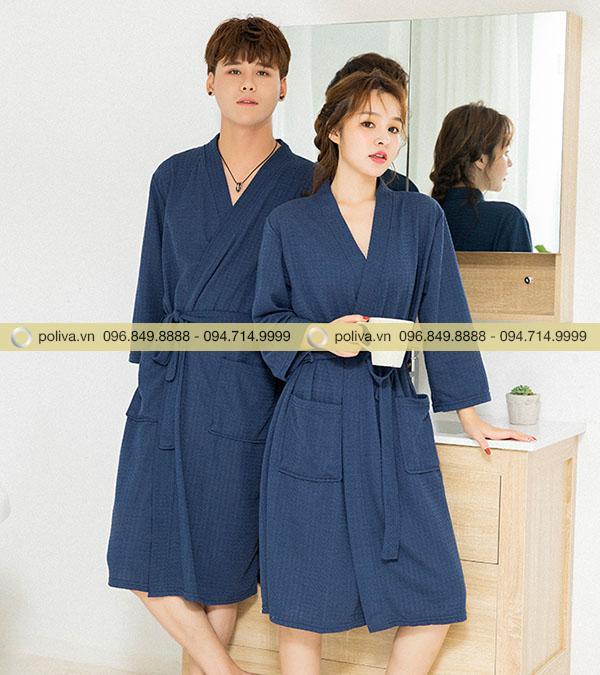 Áo choàng tắm có màu xanh nổi bật