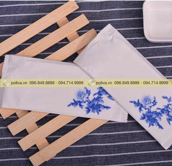 Bao bì đựng khăn ướt được thiết kế bằng hoa văn nổi bật