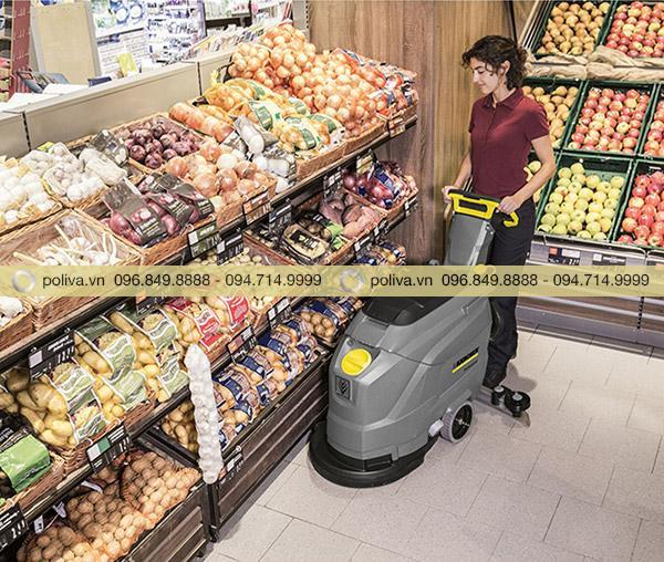 Máy chà sàn làm sạch sàn trong siêu thị