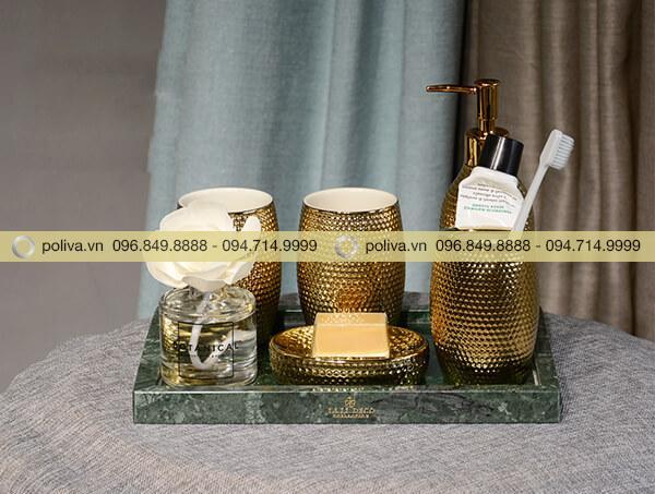 Bộ đồ dùng phòng tắm cao cấp có màu vàng sang trọng