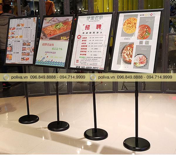 Bảng quảng cáo nhà hàng món ăn với nhiều ngôn ngữ khác nhau