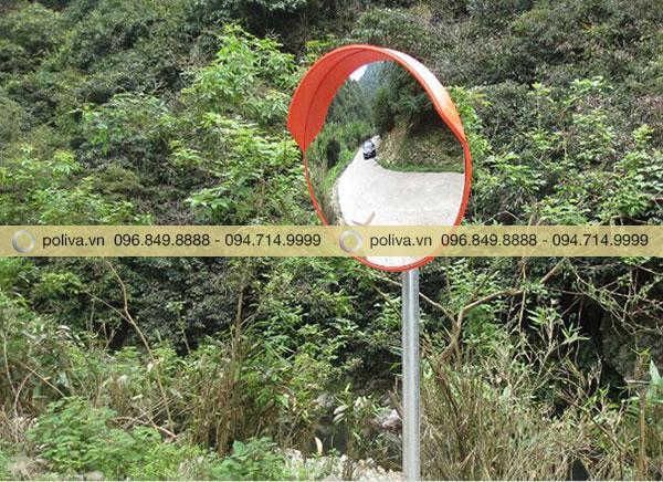 Đường đèo núi nhiều khúc cua khuất là nơi rất cần thiết để lắp gương cầu lồi