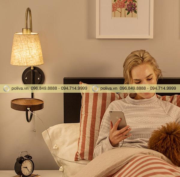 Đèn ngủ kích thước nhỏ gọn được gắn ngay phía trên cạnh đầu giường