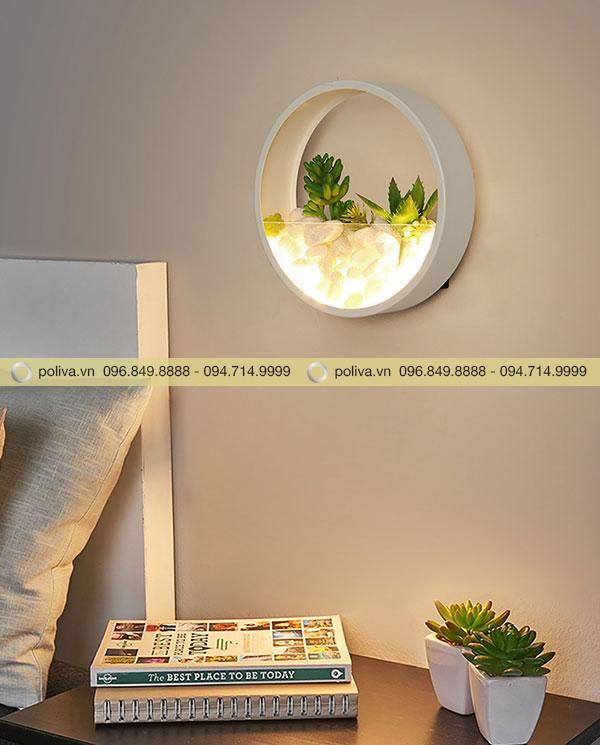 Đèn gắn tường thích hợp với những du khách muốn đọc sách báo vào ban đêm