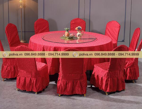 Mâm xoay bàn ăn phù hợp trang trí trên khăn trải bàn màu đỏ