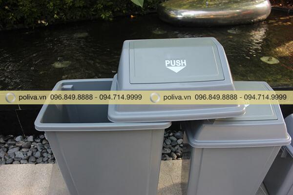 Thiết kế thùng rác nhựa có nắp đậy có thể mở ra để thu gom rác