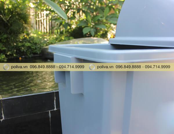 Cạnh thùng rác chắc chắn, phần tay cầm giúp cầm nắm dễ dàng