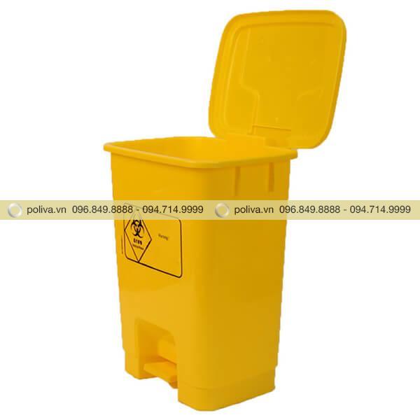 Nắp thùng rác mở ra nhờ cơ chế đạp chân phía bên dưới