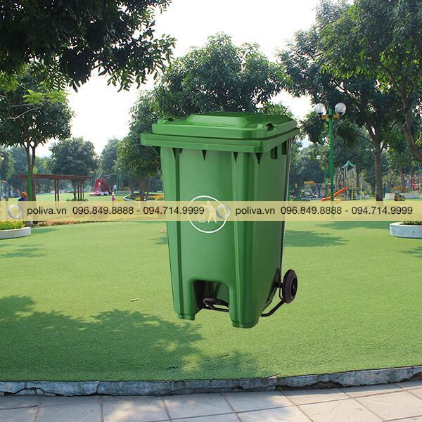 Thùng đựng rác nhựa 120 lít thường được sử dụng trong công viên, khu vui chơi giải trí...
