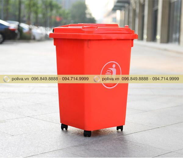 Thùng rác công cộng màu đỏ nổi bật