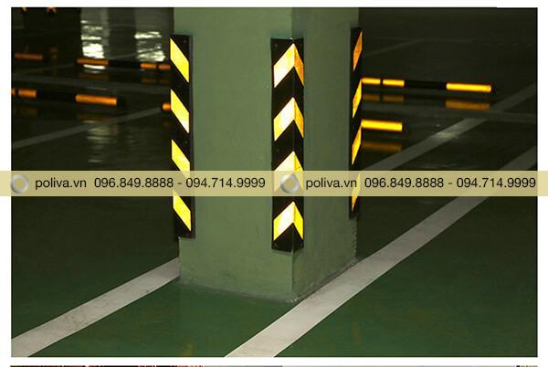 Cao su bảo vệ góc cột phản quang trong đêm tối giúp lái xe dễ dàng hơn