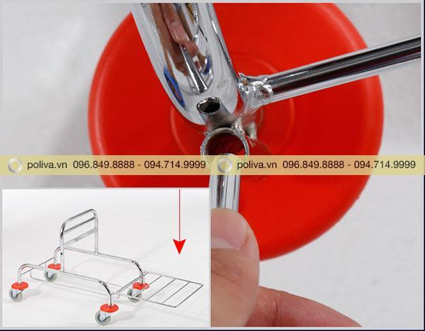 Lắp đặt các thanh của khung xe đẩy vệ sinh lại với nhau