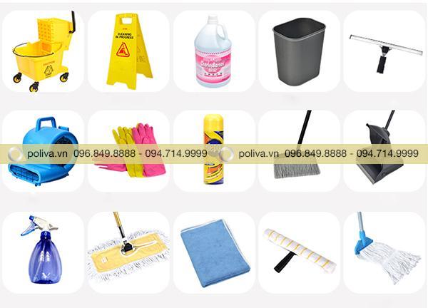 Các vật dụng đặt trên xe dọn vệ sinh buồng phòng khách sạn