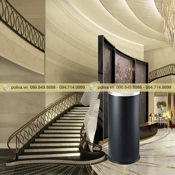 Thùng rác nắp lật màu đen được sử dụng trong các tòa nhà, trung tâm thương mại