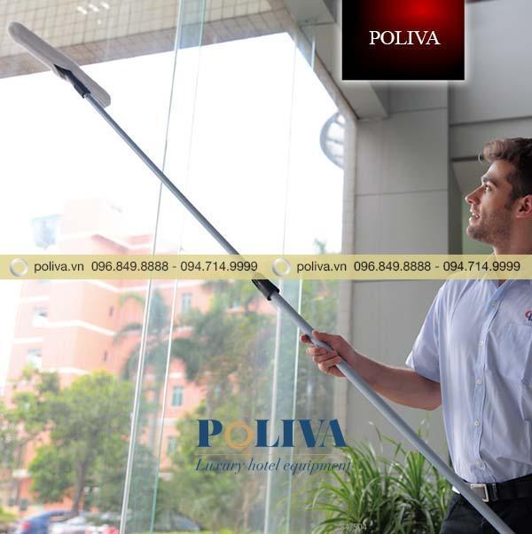 Sử dụng cây nối dài lau kính an toàn, tiện lợi hơn