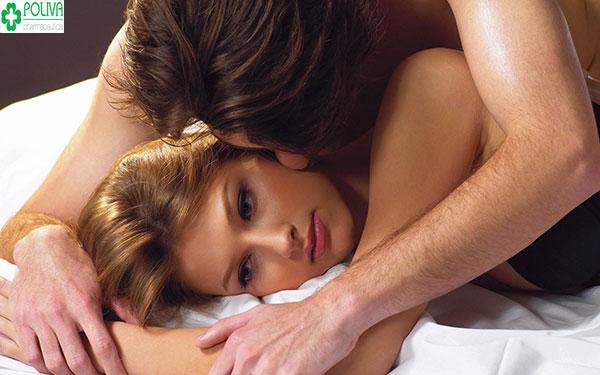 Vuốt ve cánh tay mang lại cảm giác gần gũi và dễ chịu