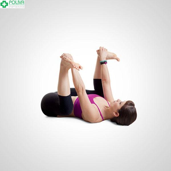 Tư thế Yoga ngửa mình gập chân.
