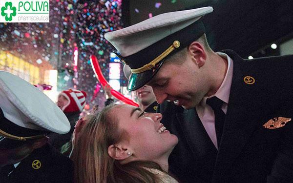Quan niệm sống hiện đại: Họ dành nụ hôn tình cảm cho nhau vào thời khắc giao thừa để lưu giữ kỉ niệm đẹp.