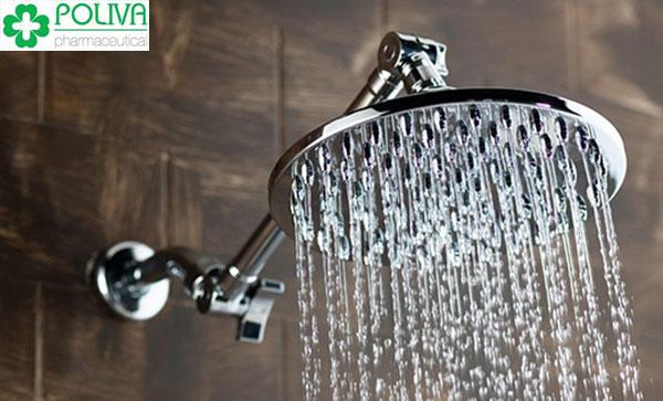 Vi khuẩn dễ xâm nhập khi xả nước mạnh để rửa vùng kín
