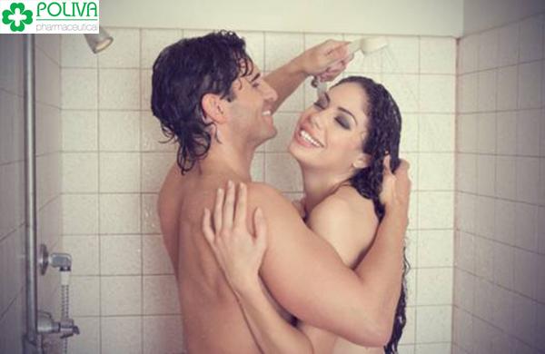 Hãy bắt đầu bằng việc làm ướt bản thân, xoa xà phòng tắm.