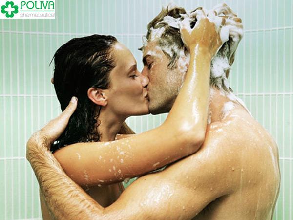 Chọn cho mình tư thế yêu phù hợp với môi trường trơn trượt trong nhà tắm.