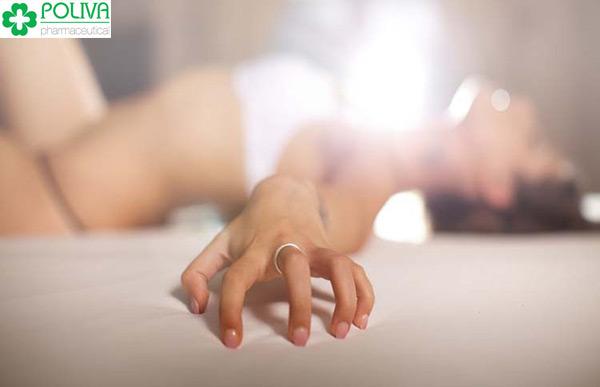Khi lên đỉnh, thân thể phái nữ trở nên cương cứng, tay muốn bấu víu mạnh vào đâu đó.