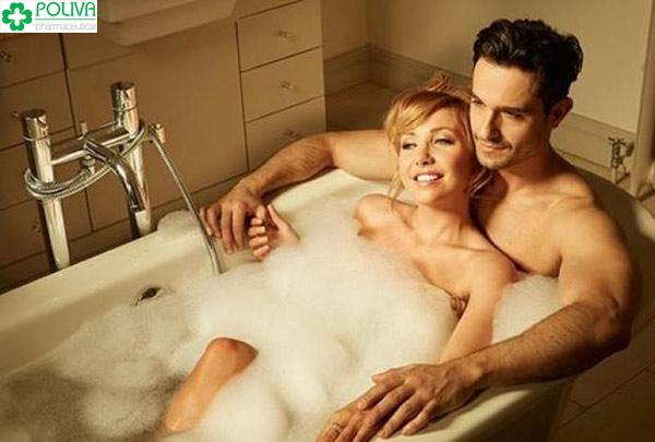 Thư giãn khi đi tắm là điều vô cùng lãng mạn của cặp đôi.