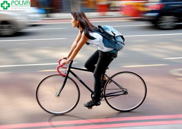 Đi xe đạp gặp chỗ xóc, ổ gà khiến vùng kín bị va đập, đau.
