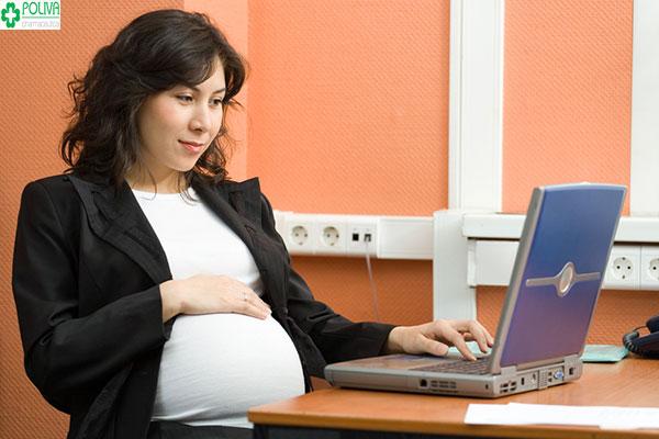Tiếp xúc với máy tính là một trong những điều cấm kỵ mẹ bầu cần lưu ý