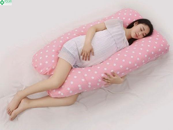 Nằm ngủ với tư thế thoải mái giúp mẹ bầu thư giãn cơ thể, triệu chứng phù chân khi mang thai không đáng lo ngại