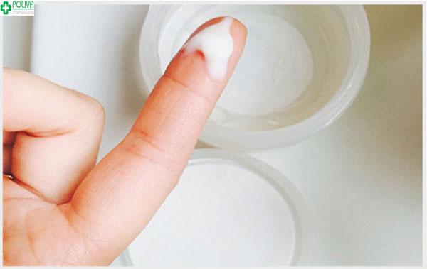 Khí hư tiết màu trắng đục là một trong những dấu hiệu mẹ bầu mắc bệnh viêm vùng chậu
