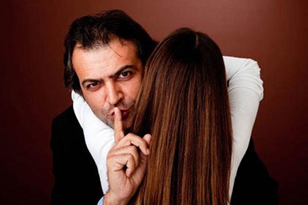"""Chồng đánh đập vợ bầu dã man chỉ vì """"Gái tay vịn"""""""