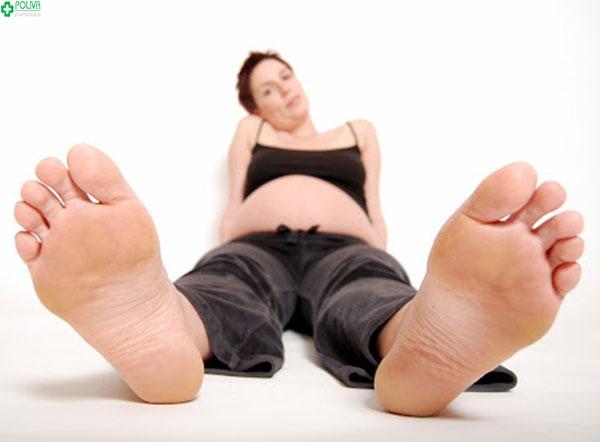 Tập các bài tập căng cơ giúp mẹ bầu giảm triệu chứng chuột rút khi mang thai