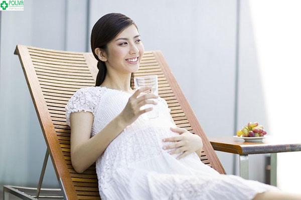 Mẹ bầu nên uống nước nhiều để giảm tình trạng táo bón khi mang thai