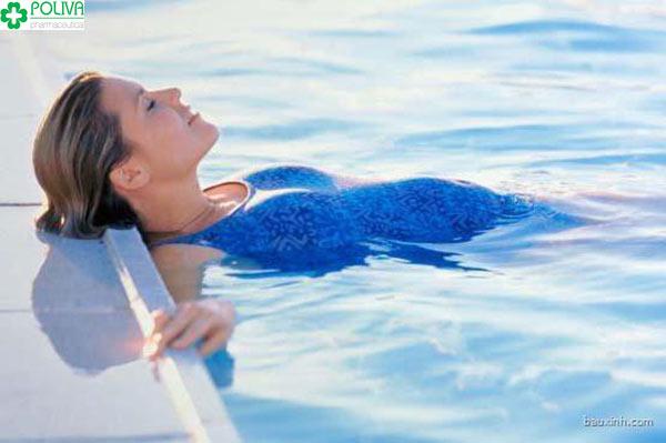 Ngâm mình trong nước ấm giúp cơ thể cân bằng nhiệt độ, hạ sốt nhanh cho mẹ bầu