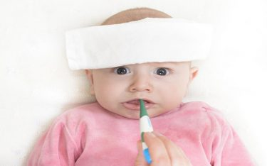 Bố mẹ đừng chủ quan khi trẻ bị sốt về đêm