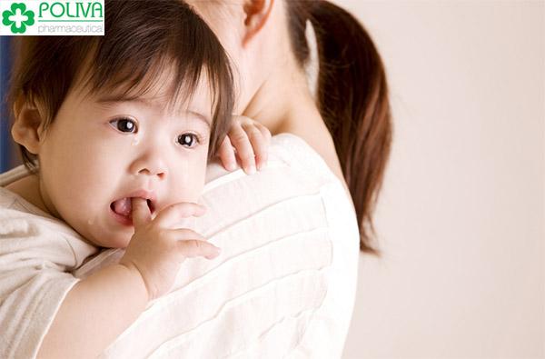 Trẻ bị sốt và nôn kèm theo nhức đầu có thể là biểu hiện của bệnh viêm màng não.