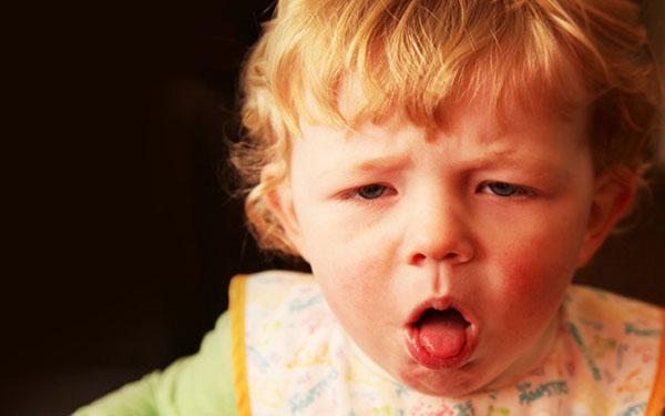 Các trường hợp trẻ bị sốt và nôn mẹ cần biết để xử trí đúng cách