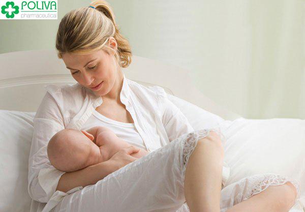Khi bé bị sặc các mẹ cần dừng lại không nên cho bé bú tiếp.