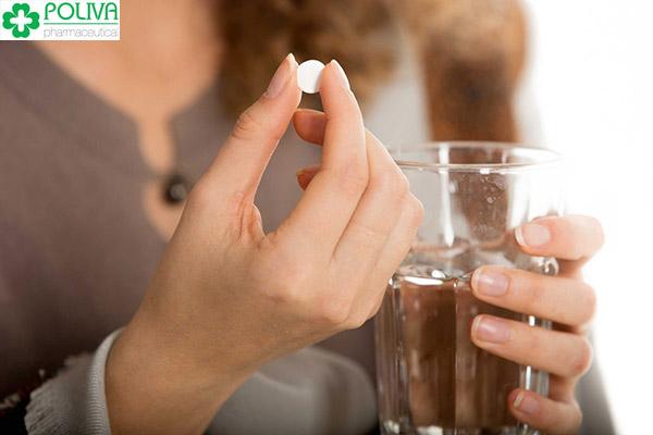 Uống thuốc cùng nước đun sôi để nguội là tốt nhất
