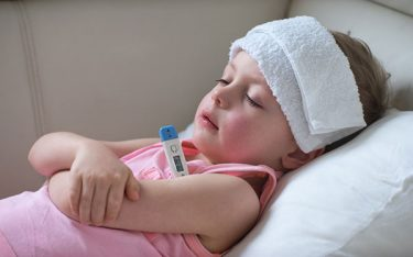 Cách xử lý khi trẻ bị sốt chân tay lạnh mẹ cần biết